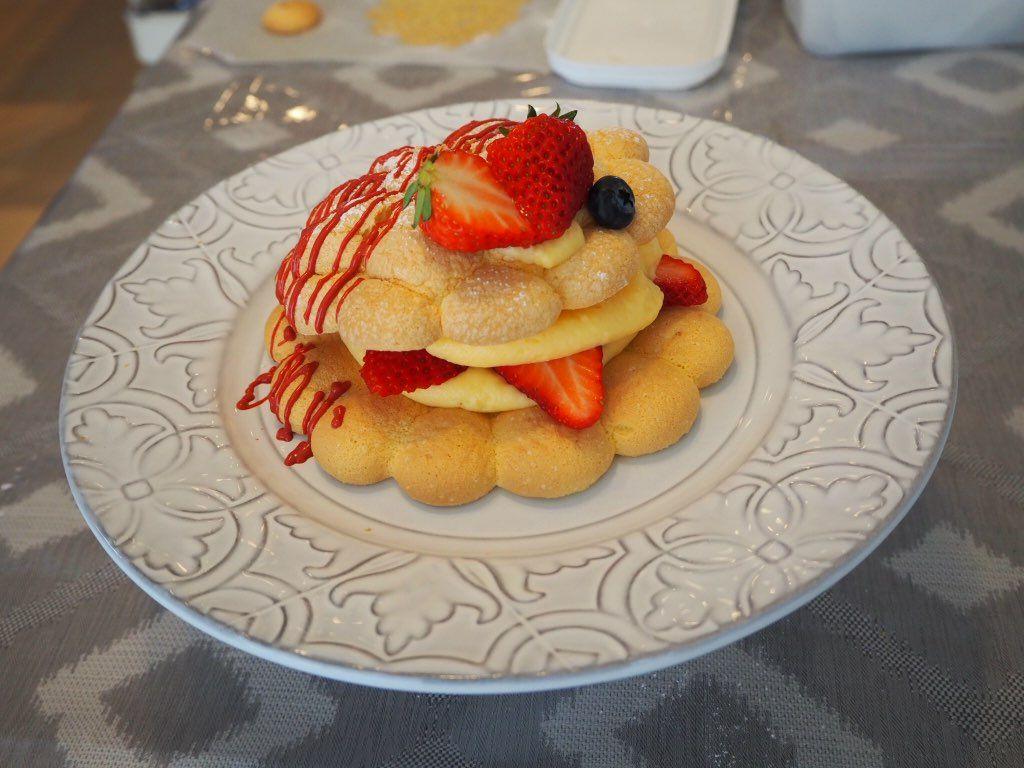 『おうちパティスリー pomme(ポム)』ケーキづくり教室 先生が見本を仕上げ