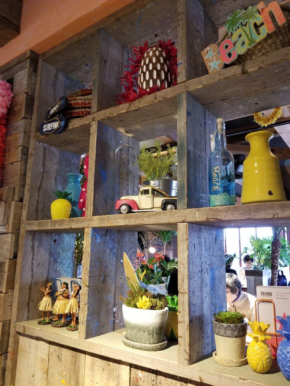 『コナズ珈琲 Kona's Coffee 江南店』ハワイアンな店内の棚