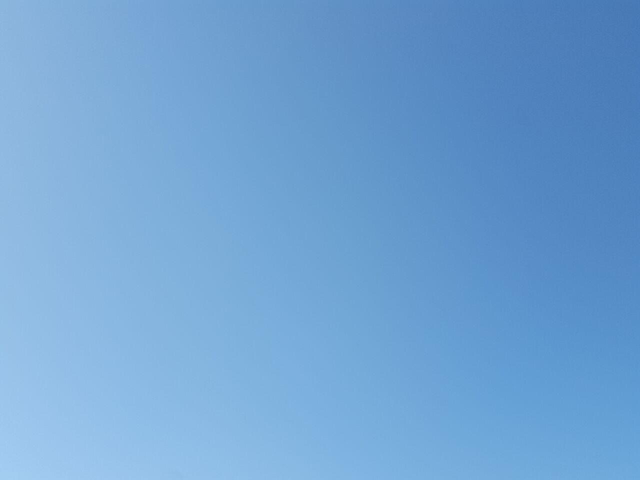 雲ひとつない空の下、満は来し日々をあれやこれやと考えた