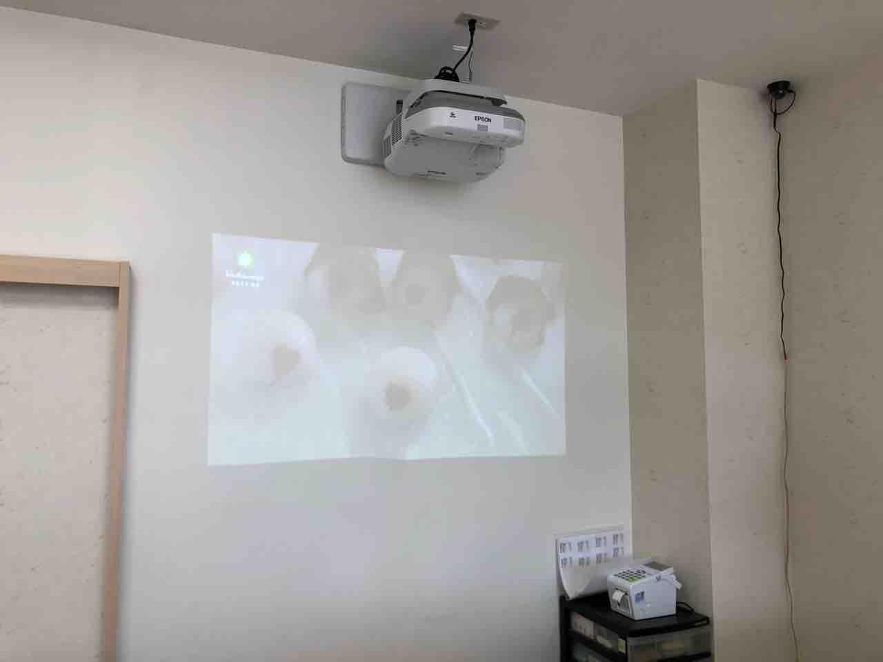 『御菓子司 柏屋』壁に映像がプロジェクタで映されてる