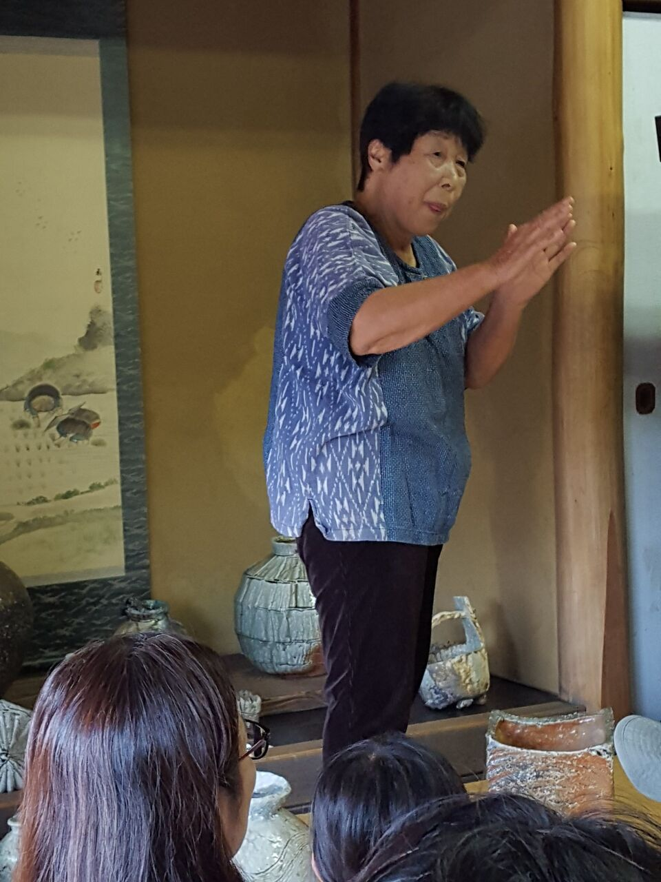 訪れた人々に自然釉について説明する神山清子さん 撮影・たかのぶ