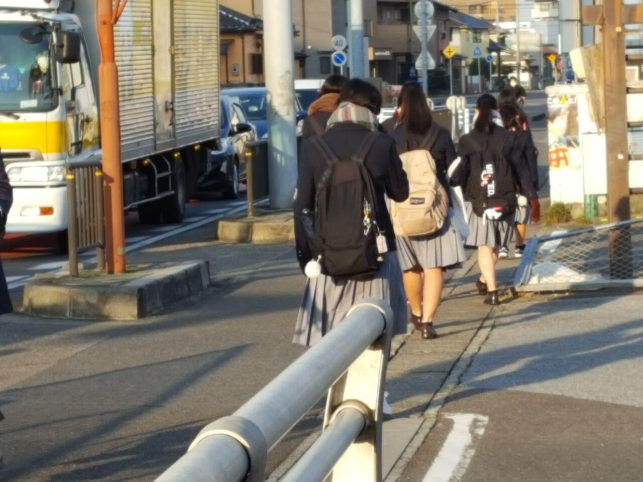 (元気に登校する高校生たち=江南市内で。2月5日朝 撮影・たかのぶ)