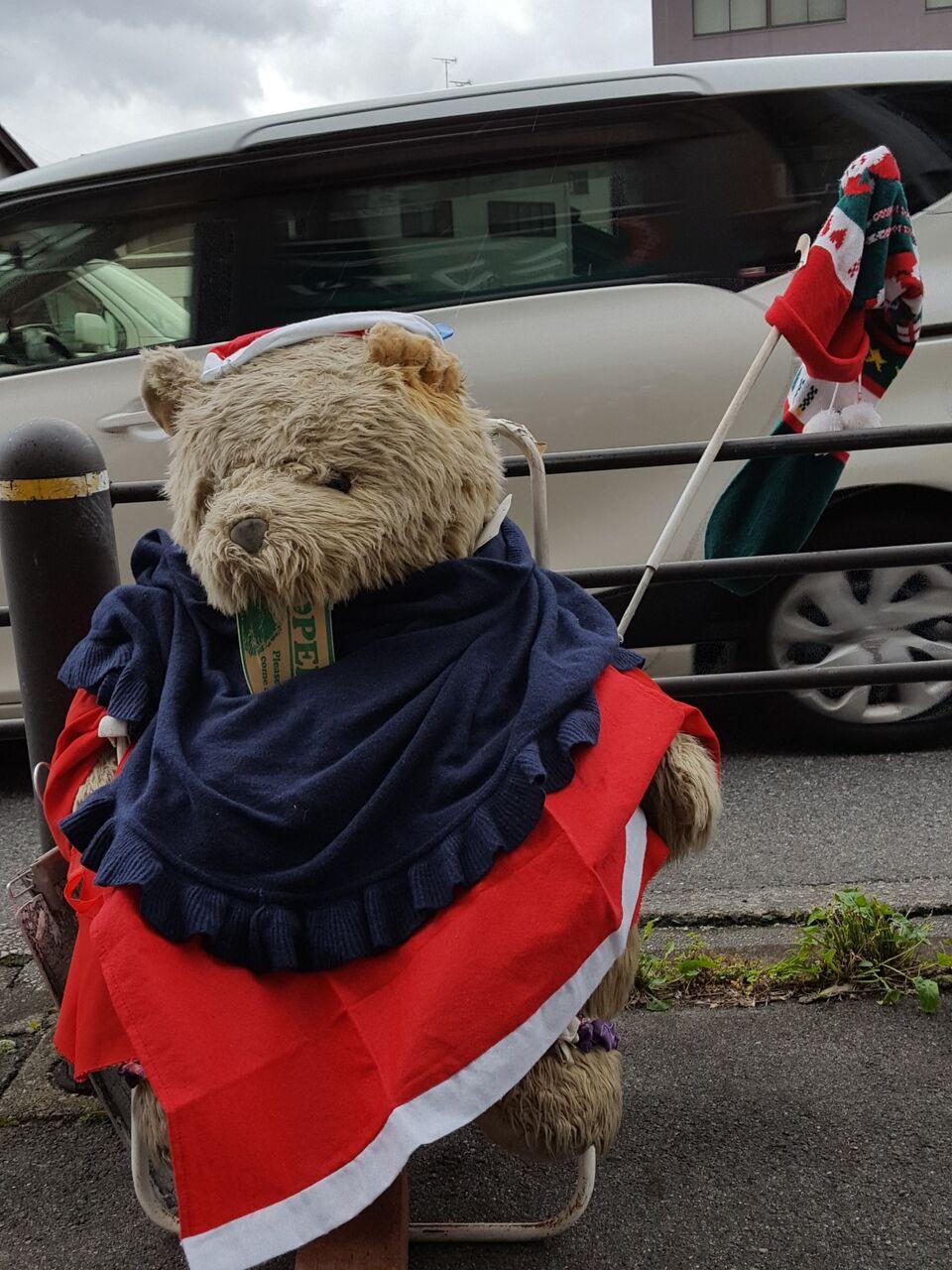 (雨の日も風の日も きょうも店頭に立ち続ける〝れもん〟のマスコット、クマさん人形 撮影・たかのぶ)