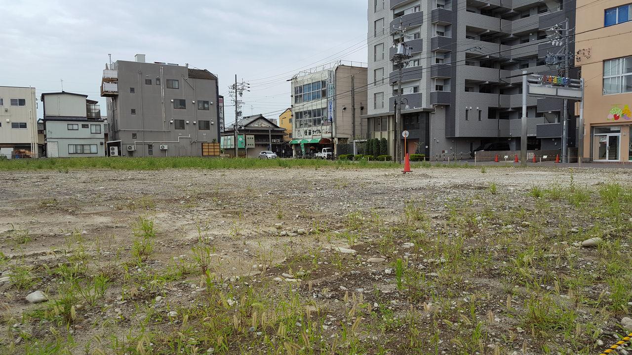 スーパー撤退後、荒れ放題の草原 撮影・たかのぶ